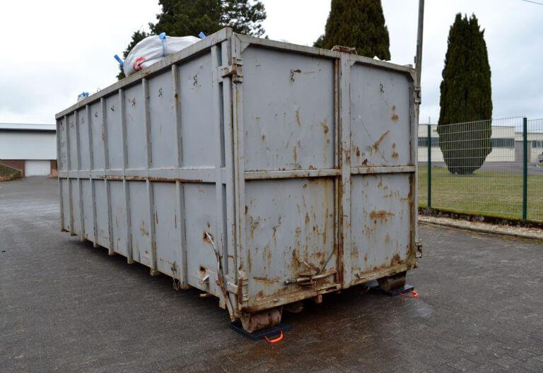 Containerplatte mit Ausfräsung für Abrollcontainer im Einsatz