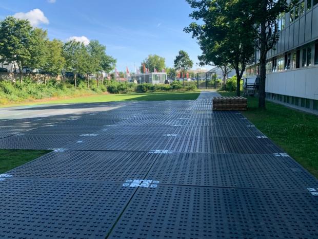 Schwerlastplatte als befahrbare mobile Baustraße